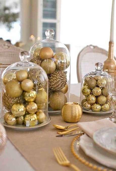 11. Arranjos com bolas douradas dentro de redomas de vidro para decoração de natal simples – Foto: Paty Scaringella