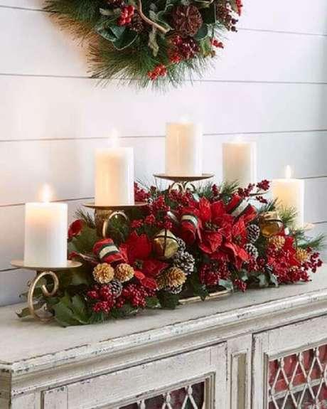 12. Invista em arranjo com flores e velas para a sua decoração natalina – Foto: Horchow