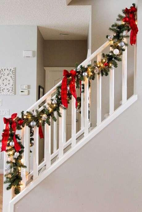 16. Invista em arranjos para decoração natalina para casas com escada – Foto: Assetproject