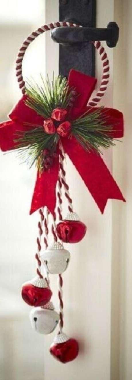 17. Modelo de arranjo para decoração natalina simples de porta – Foto: Fazer em Casa