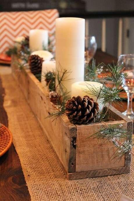18. Arranjo rústico com pinhas e velas para decoração natalina simples – Foto: Pinterest