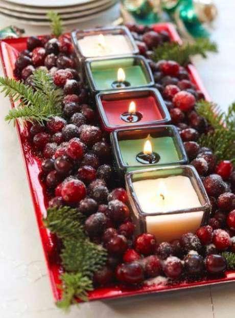 96. Arranjos de natal para mesa com velas e coloridas e frutas – Por: Pinterest
