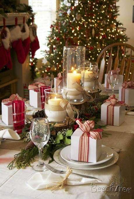 97. Arranjos de natal para mesa e velas com presentes decorando – Por:Pinterest