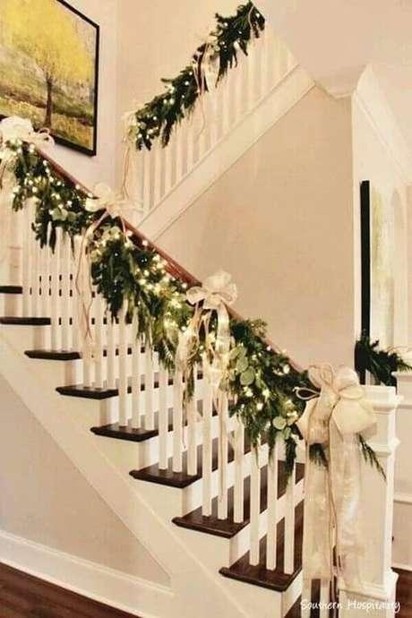 19. Arranjos para decoração de Natal em escada – Foto: Hogar Elpino