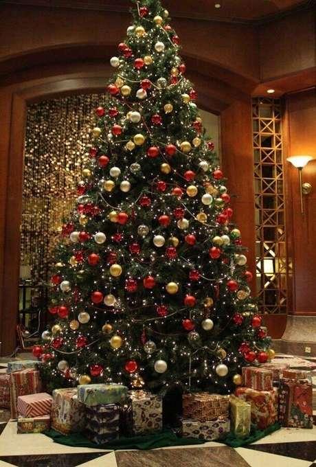 20. Invista na decoração clássica para a sua árvore natalina – Foto: Trendecora