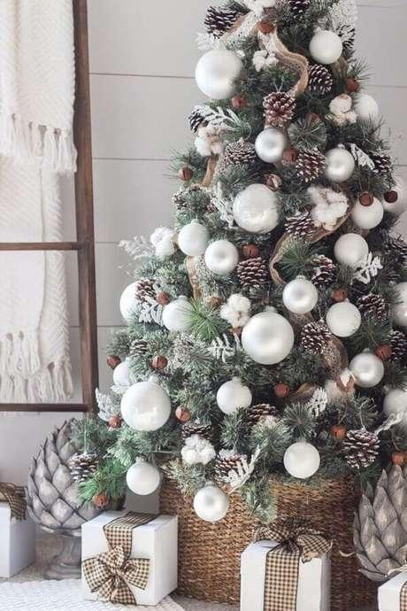 21. Árvore com enfeites de pinhas e bolas grandes para decoração natalina – Foto: Woonblog