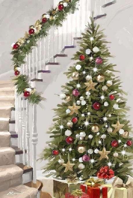 25. Árvore grande para decoração natalina para casas com escada – Foto: Fulcrum Gallery