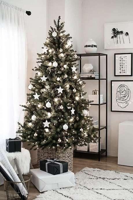 26. Decoração natalina clean com árvore de Natal com enfeites prata – Foto: Marie and Mood