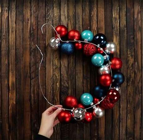 69. As bolas de natal podem formar um enfeite único. Foto: 1001 Ideias