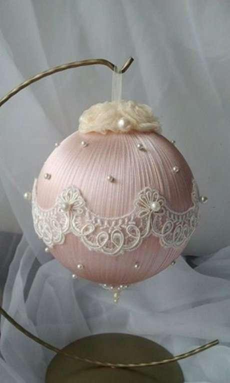 73. Você pode decorar suas bolas de natal de muitas formas. Foto: Tudo Especial