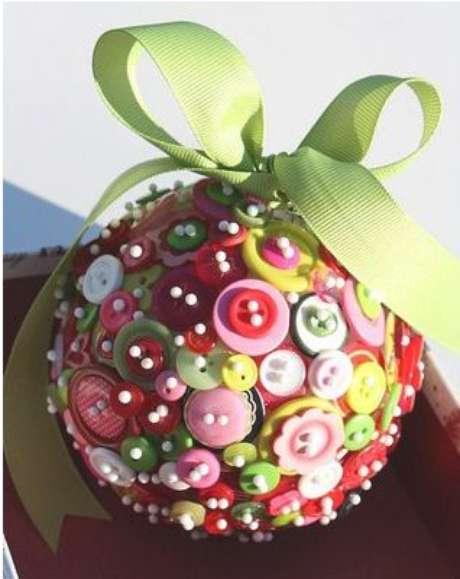 74. Botões são ótimas para compor as bolas de natal. Foto: Arte Amiga