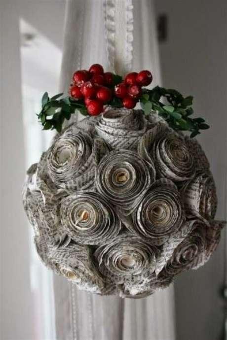 78. Flores de papel podem ser o detalhe que faltava em suas bolas de Natal. Foto: Pinterest