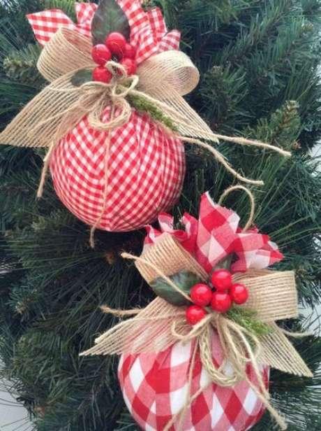 79. Laços são ótimos para compor as bolas de natal. Foto: Muito Chique