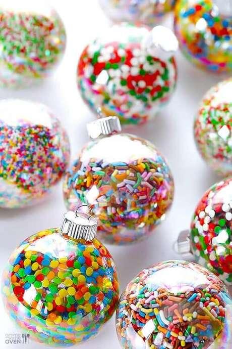 14. Decoração com bolas de natal coloridas deixa o ambiente mais alegre