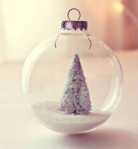 16. Bolas de Natal transparentes com árvore são lindas