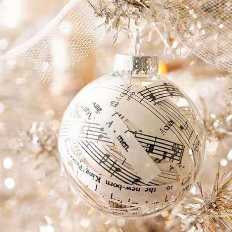 17. Bolas de natal transparentes decorada com partituras de música são muito criativas