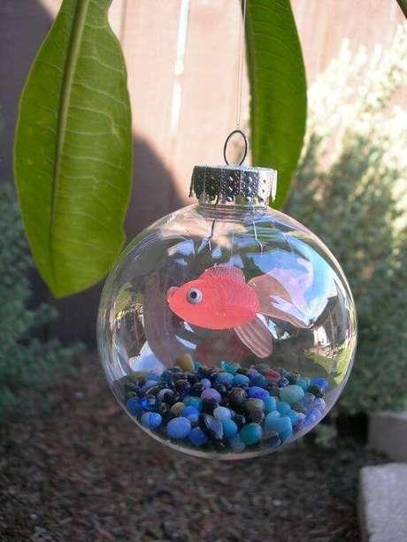 18. Bolas de natal para quem é apaixonado pelo mar, com peixinho de brinquedo dentro