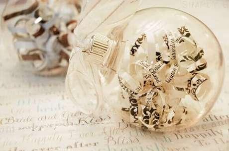 21. Bolas de natal transparentes com recortes de livros dentro