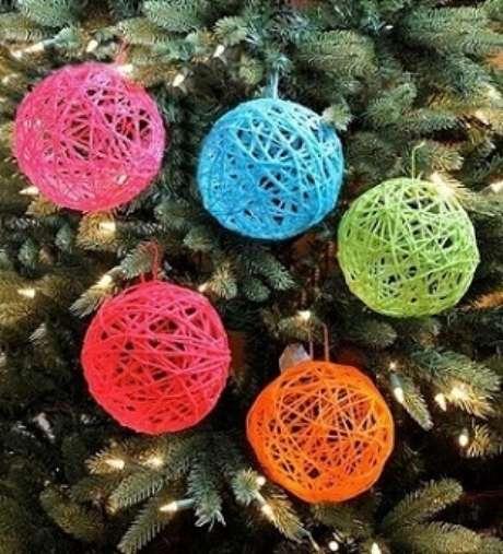 46. Bolas de natal de barbantes coloridos