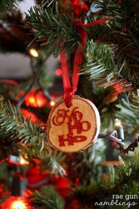 62. Bolas de natal artesanais de madeira. Foto de Rae Gun Ramblings
