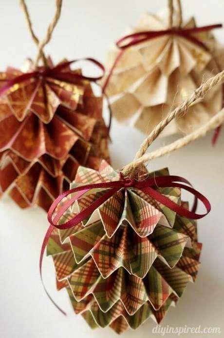 44. Bolas de natal artesanais de papel e sisal