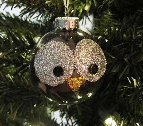 22. Com um pouco de glitter e bolas de natal você pode fazer uma decoração exclusiva