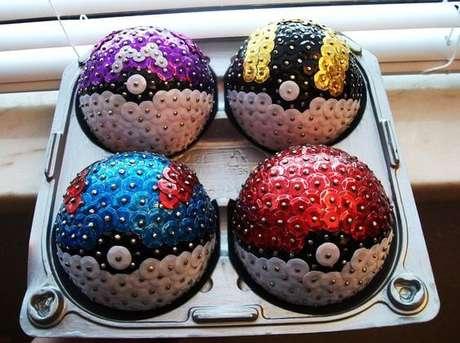 26. Bolas de natal com lantejoulas formando desenho de pokébolas