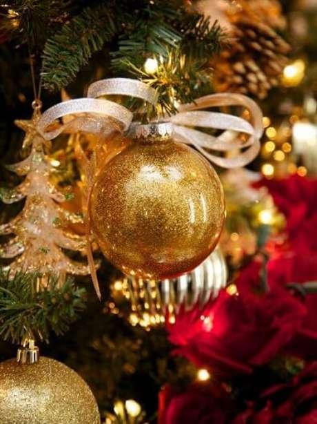 56. Bolas de natal douradas em árvore de natal. Foto de HGTV