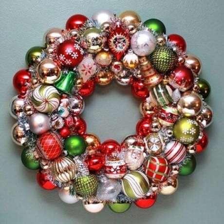 55. Guirlanda com bolas de natal em cores clássicas da época. Foto de Happy Holidays Blog