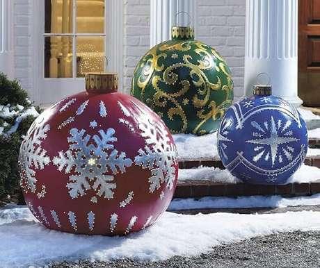 65. Bolas de natal gigantes em decoração externa. Foto de The Green Head