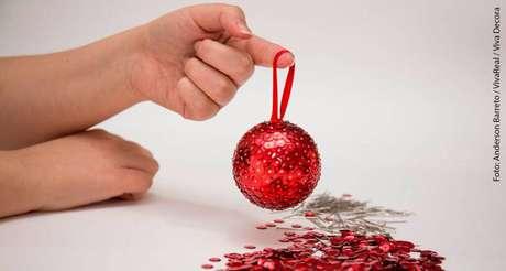 13. É assim que devem ficas as suas bolas de natal decoradas com lantejoulas