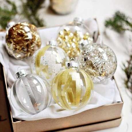 23. Suas bolasde natal podem ser decoradas com fitas prateadas, douradas ou acobreadas