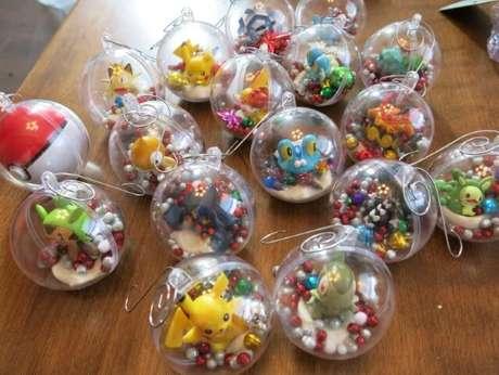 52. Bolas de natal transparentes com bonecos de pokémon. Foto de Cindy Kohler