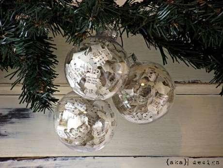 57. Bolas de natal transparentes com retalhos de partituras. Foto de Homemade Lively