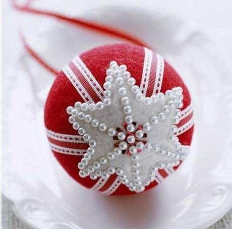 31. Bolas de natal com pérolase detalhe em formato de estrela