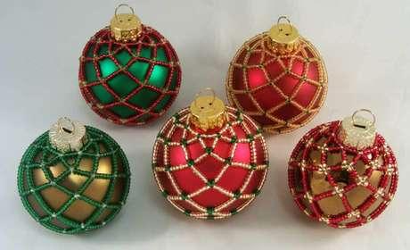 51. Bolas de natal vermelhas, verdes e douradas com miçangas