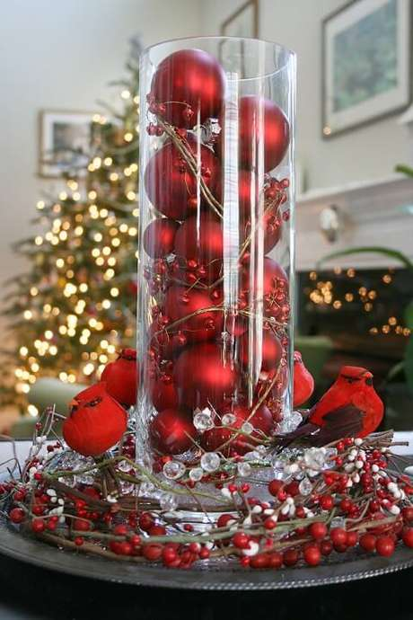 66. Enfeite de mesa com bolas de natal vermelhas. Foto de The Happy Heathen