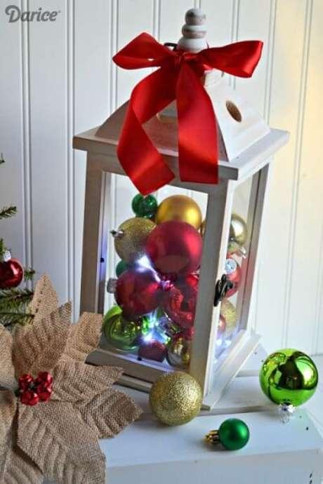53. Bolas de natal vermelhas, verdes e douradas em lanterna, formando um enfeite natalino. Foto de Darice
