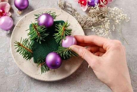 """10. Centro de mesa de natal no estilo """"faça você mesmo"""" – Por: Amo Kitchen Aid"""