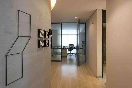 25. Corredor decorado com parede de cimento queimado. Projeto por Tania Eustaquio