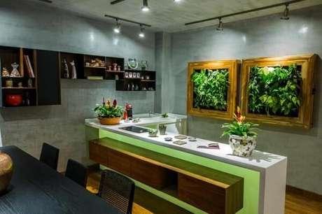 26. Cozinha americana com mesa preta e parede de cimento queimado. Fonte: Revista Viva Decora