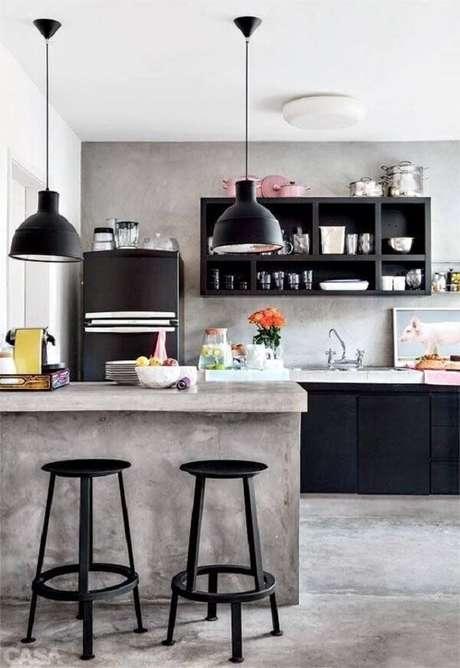 27. Cozinha americana com parede de cimento queimado e pendentes metálicos. Fonte: Revista Viva Decora