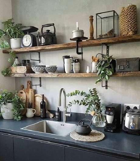 28. Cozinha com prateleira de madeira e parede de cimento queimado. Fonte: Revista Viva Decora
