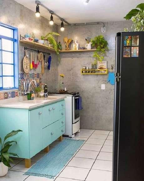 59. Cozinha compacta colorida com parede de cimento queimado. Fonte Tudo Especial