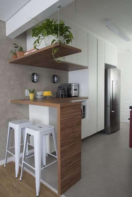 29. Cozinha compacta com parede de cimento queimado. Projeto por SP Estudio