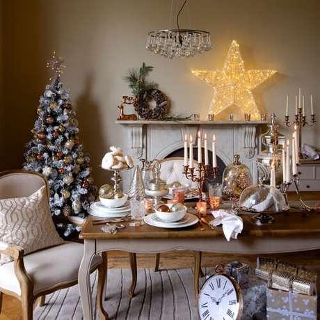 12. Decoração de mesa de natal barata com velas lindas – Por: Resident Magazine