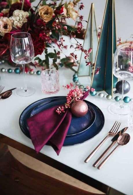 14. Decoração de mesa de natal com azul e marsala – Por: Decor Fácil