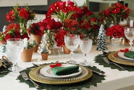 15. Decoração de mesa de natal com flores vermelhas e detalhes em verde – A cara do natal! – Por: Hilneth Correira