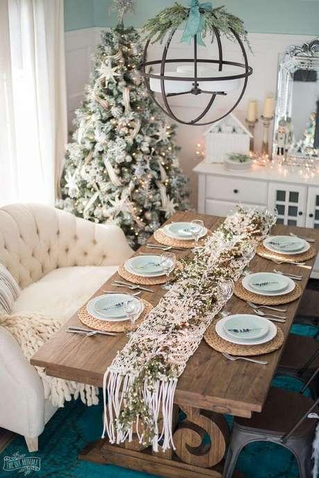 2. Mesa de natal simples em verde e branco com centro de mesa natal em macramê – Por: The DIY Mommy