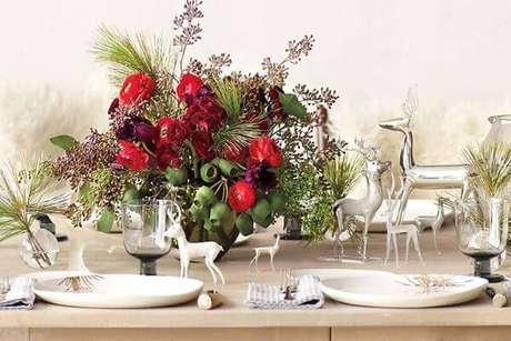 17. Decoração de mesa de natal com renas brancas e prateadas de enfeite na natal para mesa – Por: Lux Decor